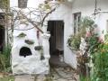 Gartengriller in die Baulichkeiten des Innenhofs integriert